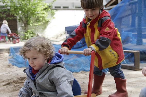 Zwei Kinder spielen im Sand
