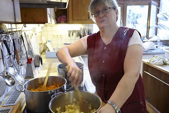 Frau am kochen in der Kueche