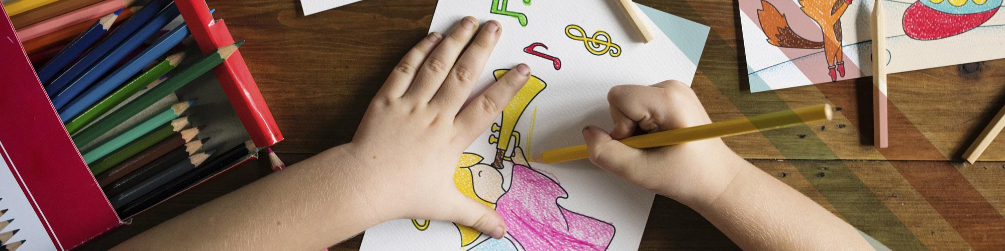 Kind malt eine Vorlage aus mit Sicht von oben